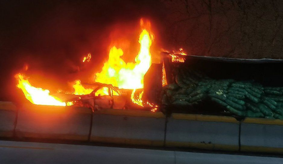 Se incendia camión en la Puebla-México tras mortal accidente; cierran la autopista (FOTOS y VIDEO)