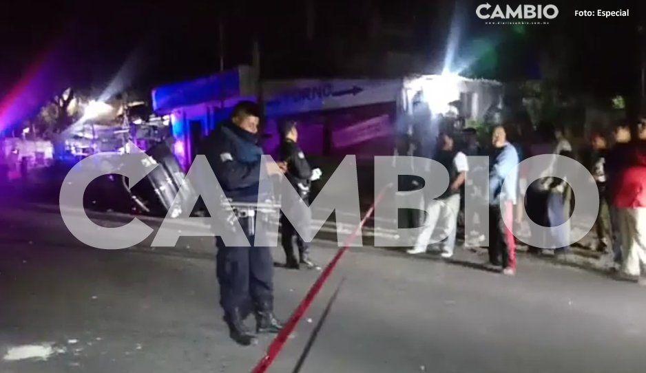 Mueren dos en aparatoso volcadura en Tochtepec; iba a exceso de velocidad