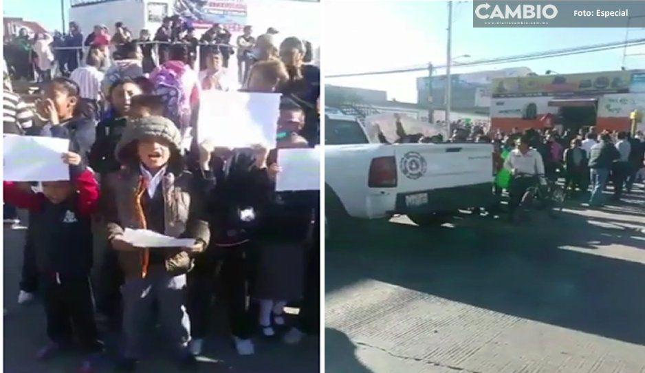 Padres de familia y alumnos bloquean la federal a Tehuacán en Amozoc