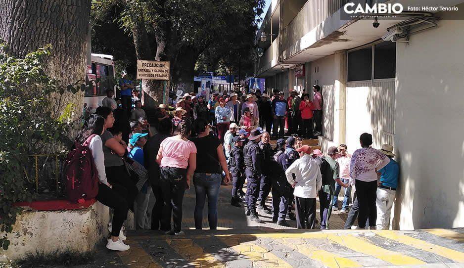 Vecinos de comunidad de Tlalancaleca se manifiestan en la CFE por corte de servicio