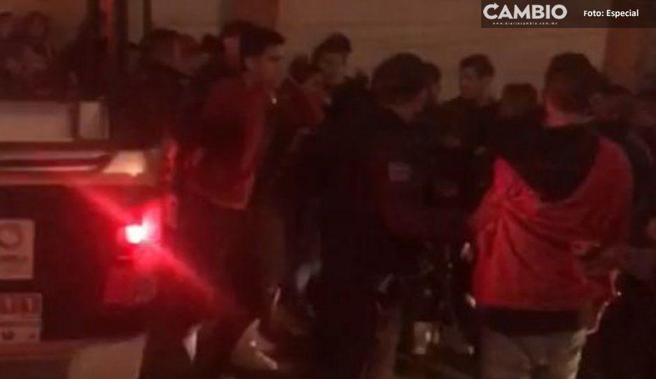 Agreden físicamente a hijos del alcalde de Huauchinango por complot de robaataúdes
