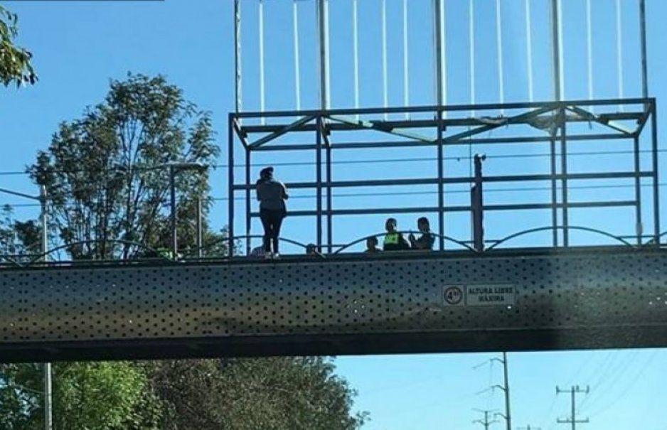 Adolescente bajo una droga intentaba aventarse de un puente en Atlixco