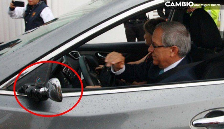 Con su espejo amarrado con cinta de aislar, Cárdenas llega al #DebatePuebla2019 (VIDEO)