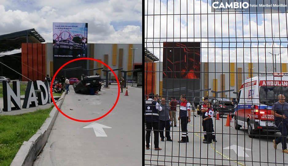 Por ir a exceso de velocidad, termina volcando su camioneta en pleno estacionamiento de Explanada Puebla