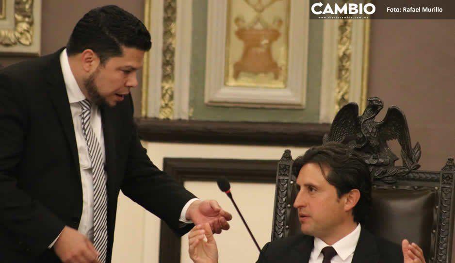 Karina Pérez les jala las orejas  a José Juan y Gabriel Biestro