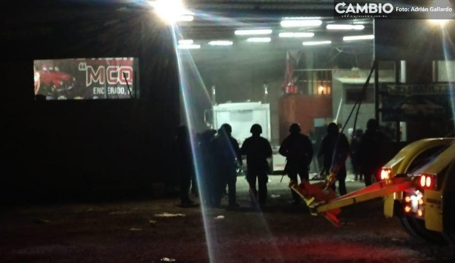 Pobladores intentan llevarse mercancía robada de predio cateado en Tecamachalco
