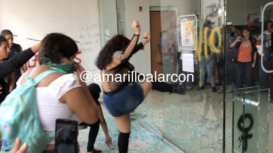 VIDEO: Feministas encapuchadas destrozan la Procuraduría General de Justicia