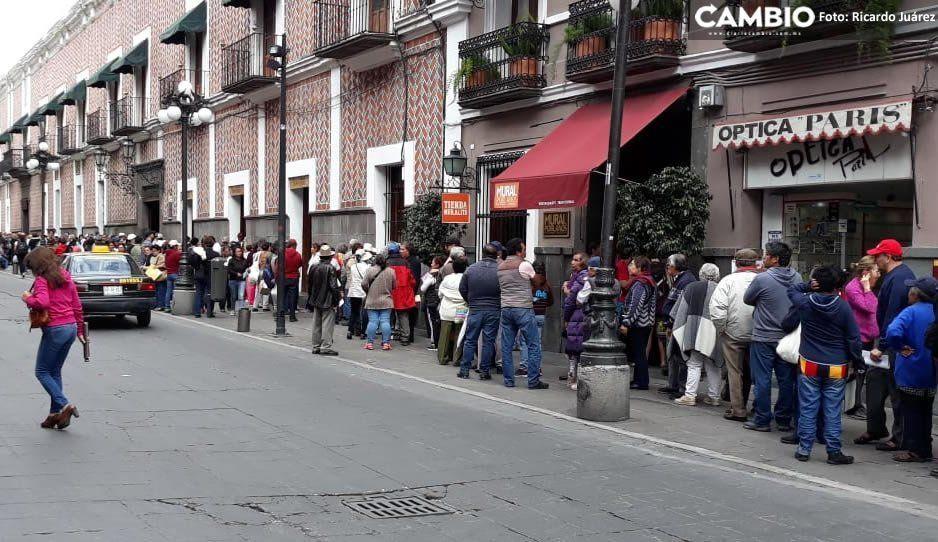 Cientos de abuelitos hacen fila por más de 9 horas afuera de Telégrafos para recibir ayuda de AMLO
