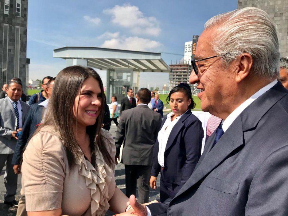Alcaldesa Norma Layón acompaña a gobernador Guillermo Pacheco durante toma de protesta de personal de la FGE