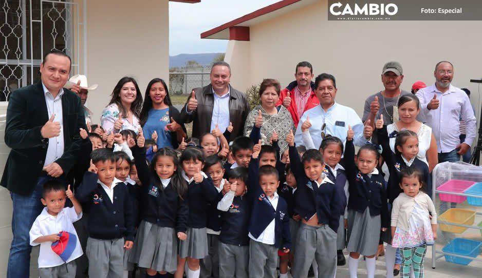 Memo Velázquez entrega mobiliario para dos jardines de niños en Atlixco