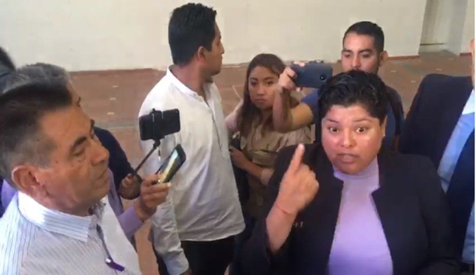 Karina Pérez hace berrinche y abandona a inconformes (VIDEO)