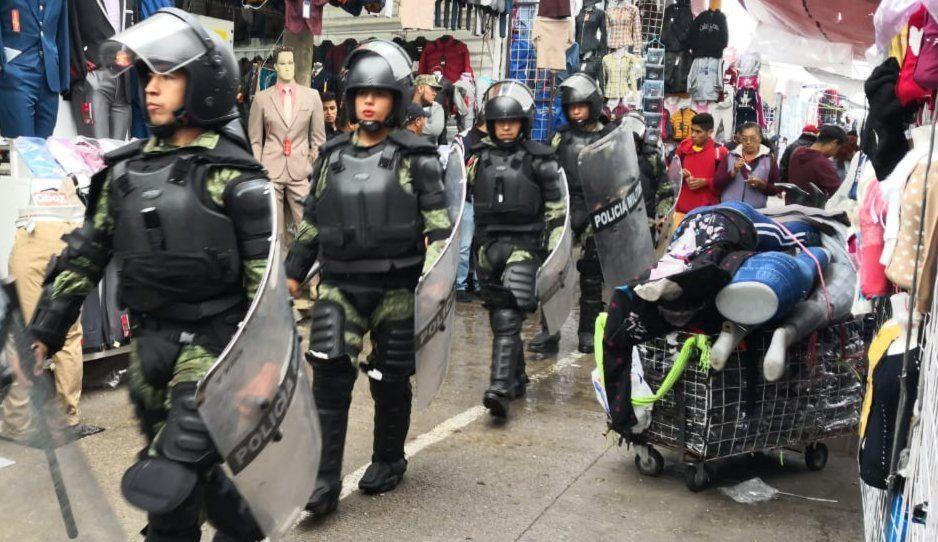 Decomisan armas, autos y detienen a 8 personas en tianguis de Texmelucan