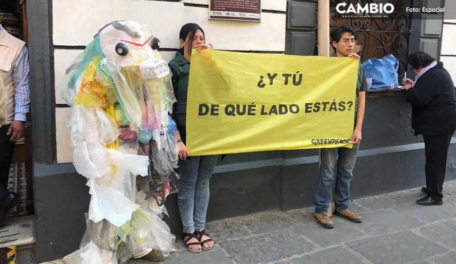 Greenpeace se manifiesta afuera del Congreso para exigir aprobación de ley contra uso de bolsas de plástico