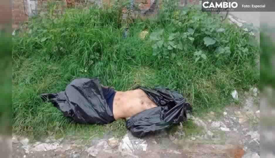 Hallan otro cadáver embolsado: Ahora lo dejan semidesnudo sobre carretera de Texmelucan