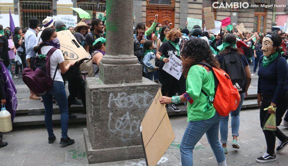 Claudia censura violencia de feministas contra reportera de CAMBIO, pide no criminalizarlas