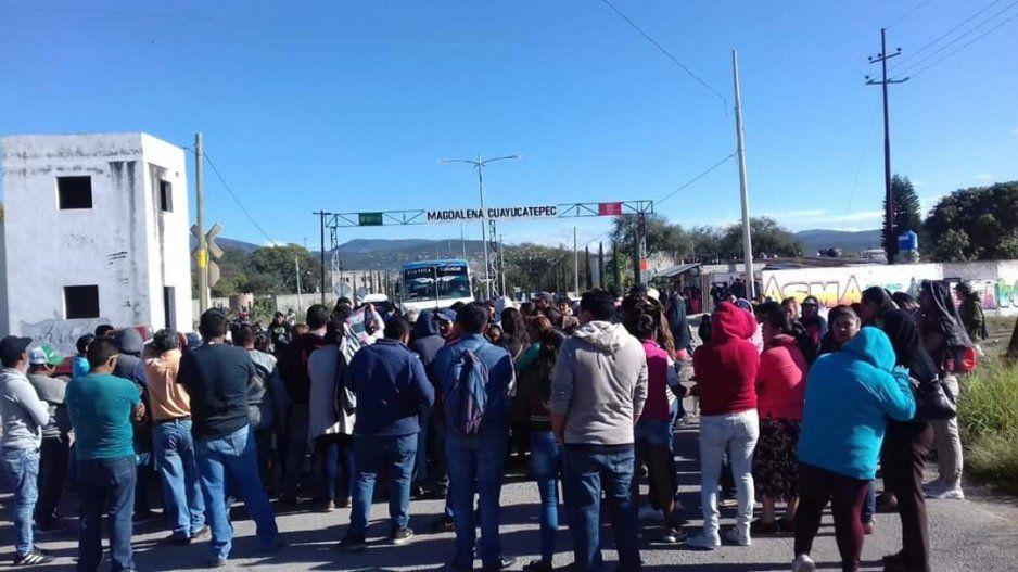 Protestan habitantes por alza de pasaje en junta auxiliar Magdalena Cuayucatepec, Tehuacán