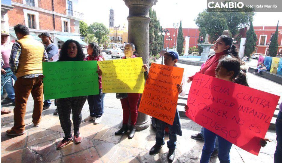 Padres de niñitos con cáncer exigen medicamentos en la Secretaría de Salud