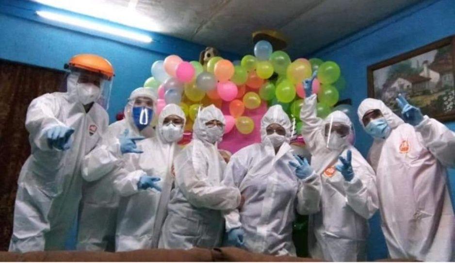 Enfermeros arman pachangón con equipo de protección donado para combatir el Covid