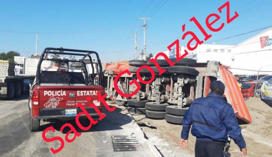 Vuelca tractocamión y arrastra vehículos de Bimbo sobre la federal a Tehuacán