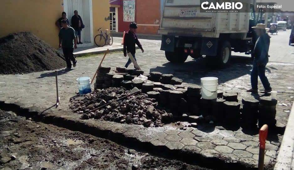 Pobladores de Huaquechula tapan  baches ante inacción de Ciro Gavilán