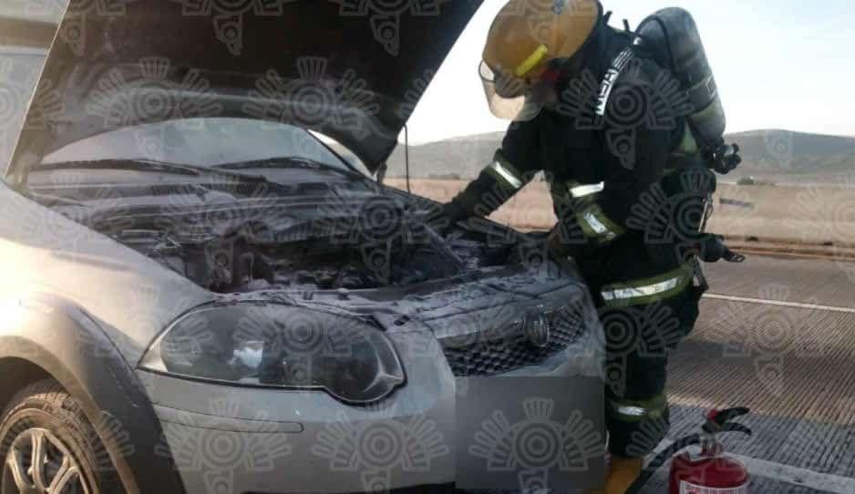 Se incendia automóvil en carretera Tepeaca