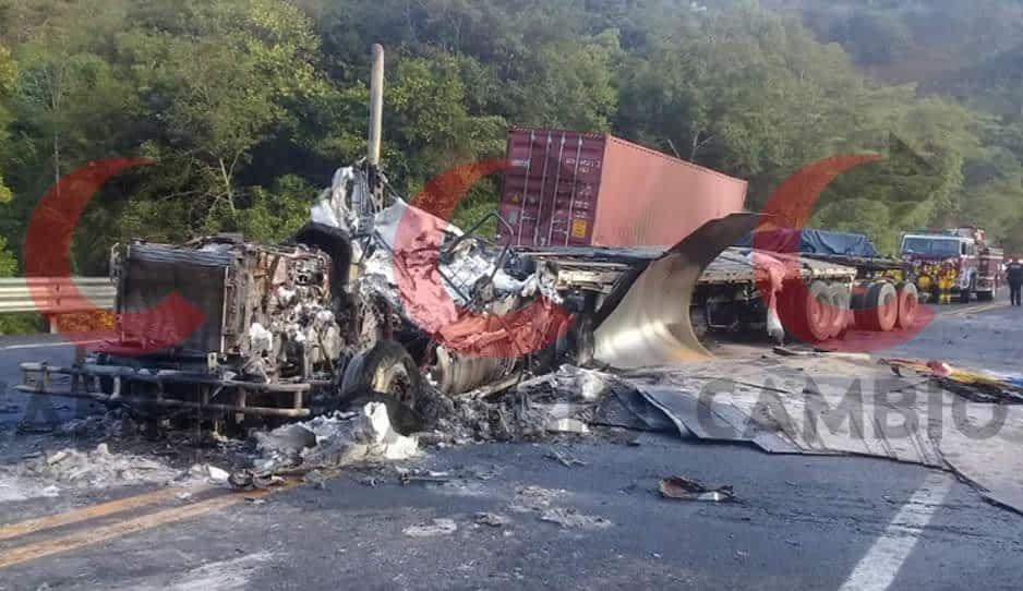 Tráiler provoca colisión entre vehículos pesados y los conductores ¡se salvan de milagro en Huauchinango!