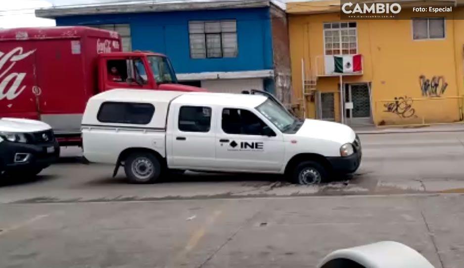 Cae camioneta de INE en alcantarilla abierta sobre federal a Tehuacán
