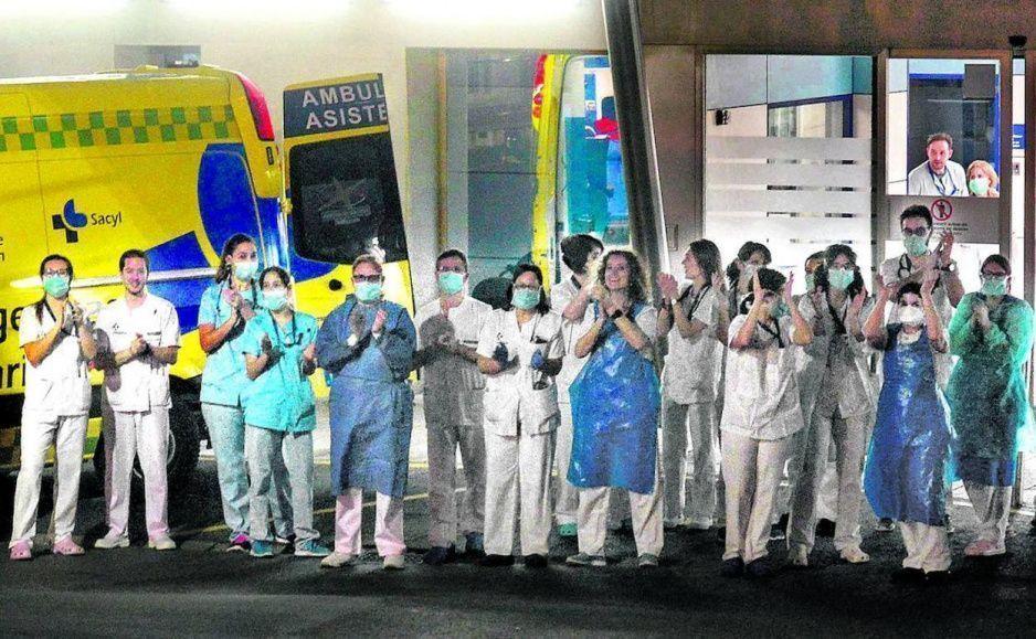 Descerebrados agreden a enfermeras y las bañan cloro por miedo a contagiarse