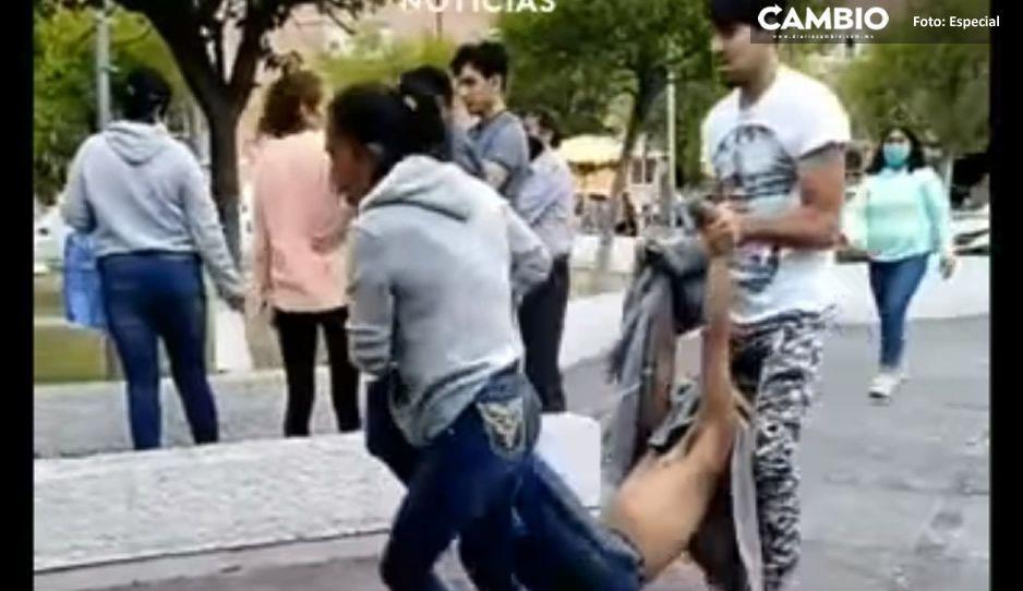 Así arrojaron al cadáver en San Bartolo: dos personas lo cargaron hasta abandonarlo en la clínica del IMSS (VIDEO)