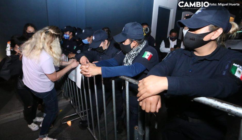 Mujeres policías colocan valla afuera de Casa Aguayo para controlar a feministas (VIDEO)