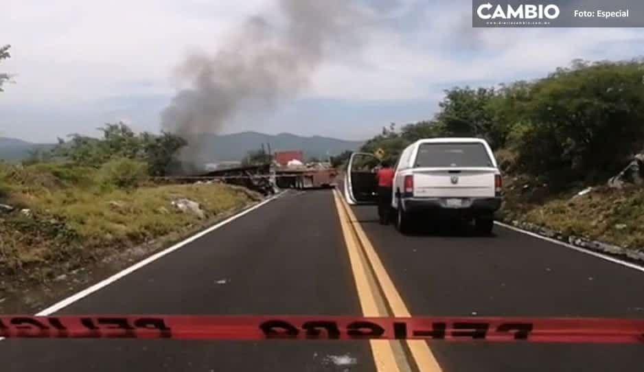 Mueren tres pasajeros tras ser embestidos por un tráiler en carretera Izúcar-Cuautla
