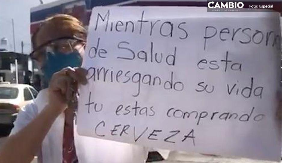 VIDEO: Enfermera rompe en llanto tras ver largas filas para comprar cerveza ¡hay gente que se está muriendo!