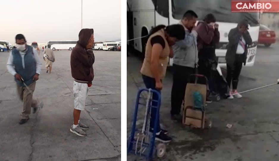 VIDEO: Así rocían con alcohol a compradores en tianguis de Texmelucan