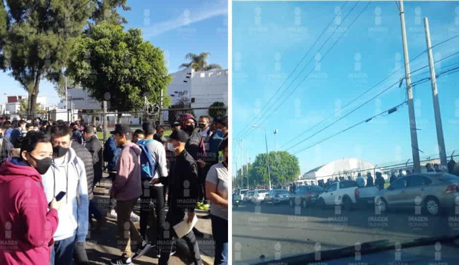 No es la cola de las tortillas: poblanos hacen fila para recoger precartilla militar en Xonaca (VIDEO)