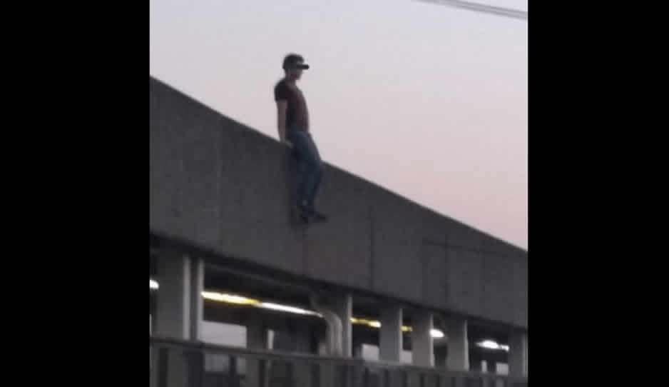 Joven se avienta del Puente de La Resurrección y cae en autobús