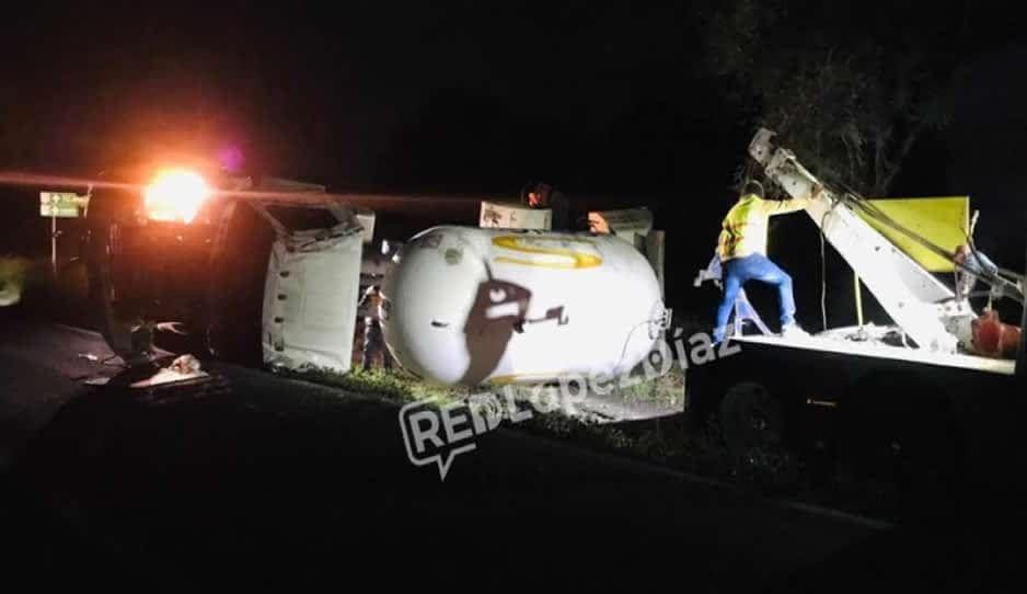 Vuelca pipa de gas en la federal Tepanco-Magdalena Cuayucatepec