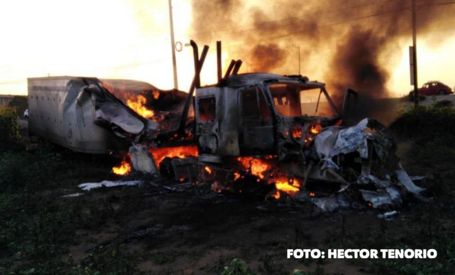 Tráiler explota y termina calcinado sobre el boulevard Aeropuerto en Huejotzingo