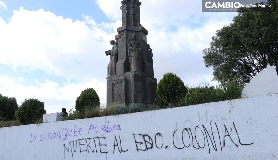 Descolonízate Puebla y descoloniza tu feminismo: feminitas grafitean monumento Fundadores