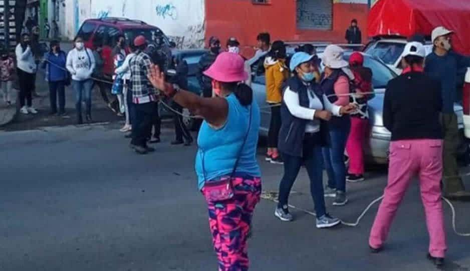 Cierran vecinos de Chachapa carretera federal Puebla-Tehuacán