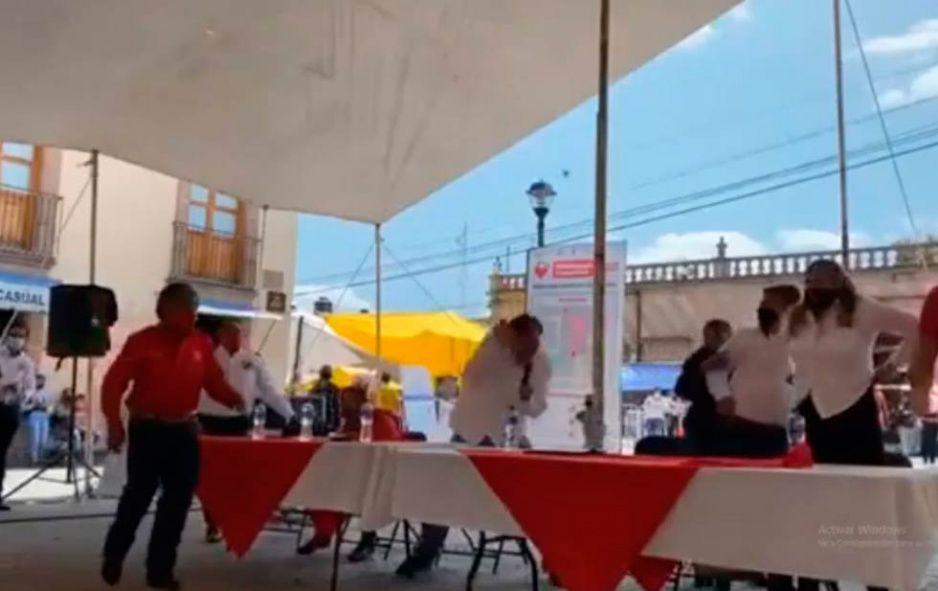 Agarran a huevazos a Fernández Noroña durante un mitin en Huichapan (VIDEO)