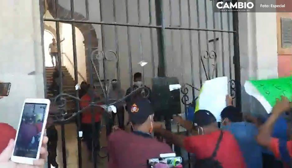 Manifestantes piden que el ecoloco Vargas los atienda y les cierran las puertas de la presidencia (VIDEO)