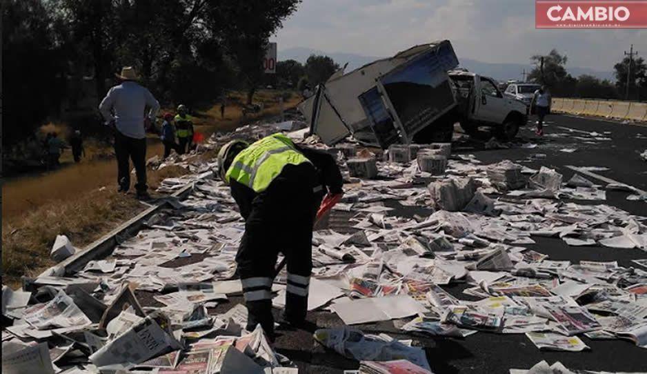 Vuelca camioneta con periódicos en la México-Puebla (VIDEO)