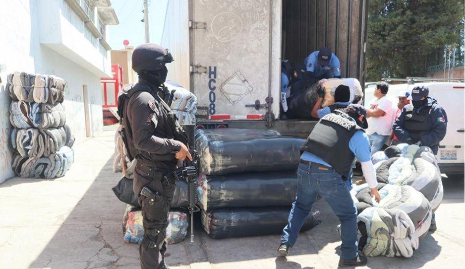 Aseguran vehículos con mercancía ilegal en  Villa Posadas; hay cuatro detenidos
