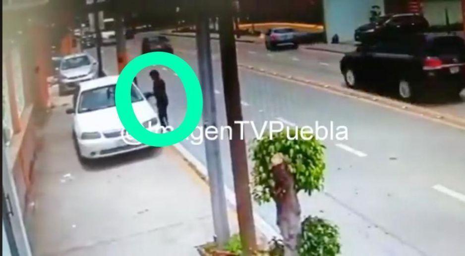 VIDEO: Así de fácil rata se roba vehículo a plena luz del día en la Esteban de Antuñano