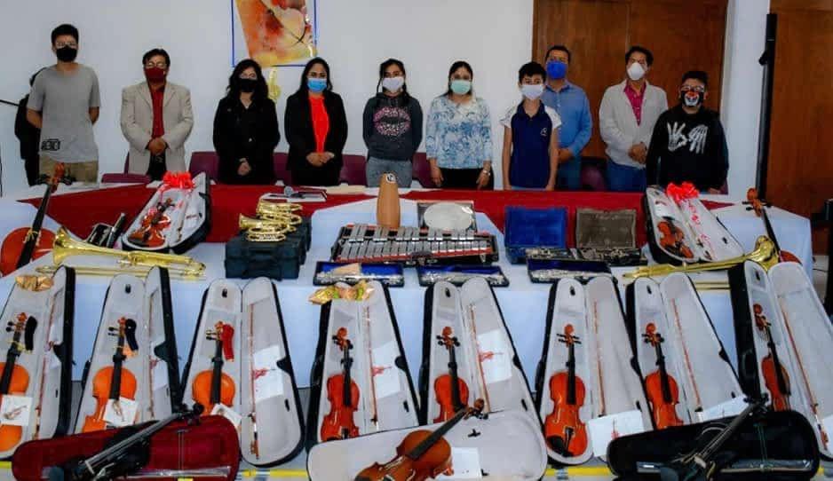 Lupita Daniel entrega 40 instrumentos musicales para la Orquesta de Cuautlancingo