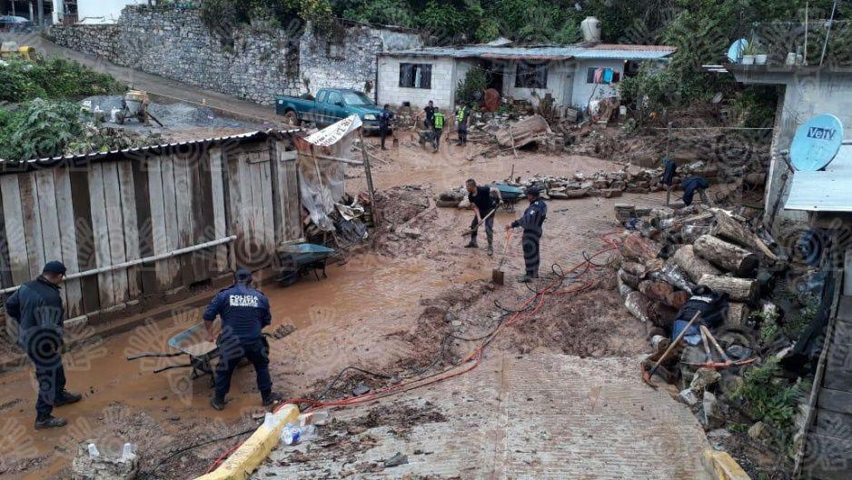 Policías de Puebla ya no solo combaten delincuencia, también limpian deslaves por las lluvias (FOTOS)