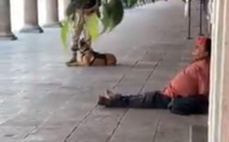 ¡No era un zombie! Jarocho con síntomas de Covid se desvanece en portales de San Pedro Cholula (VIDEO)