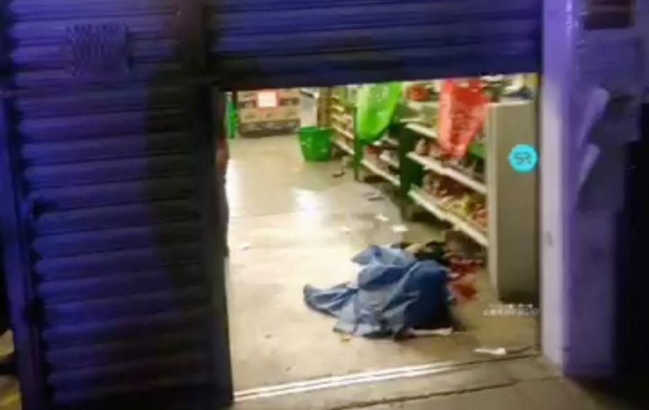 Balea a guardia de supermercado en Camino Real a Cholula porque no lo dejó entrar con cubrebocas (VIDEO)