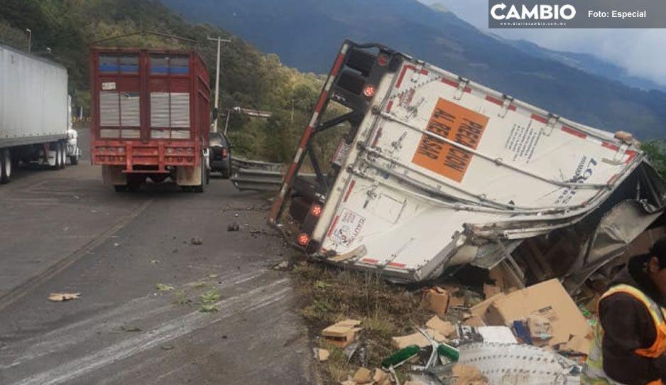 Conductor de tráiler pierde el control y se vuelca en la Puebla-Córdoba