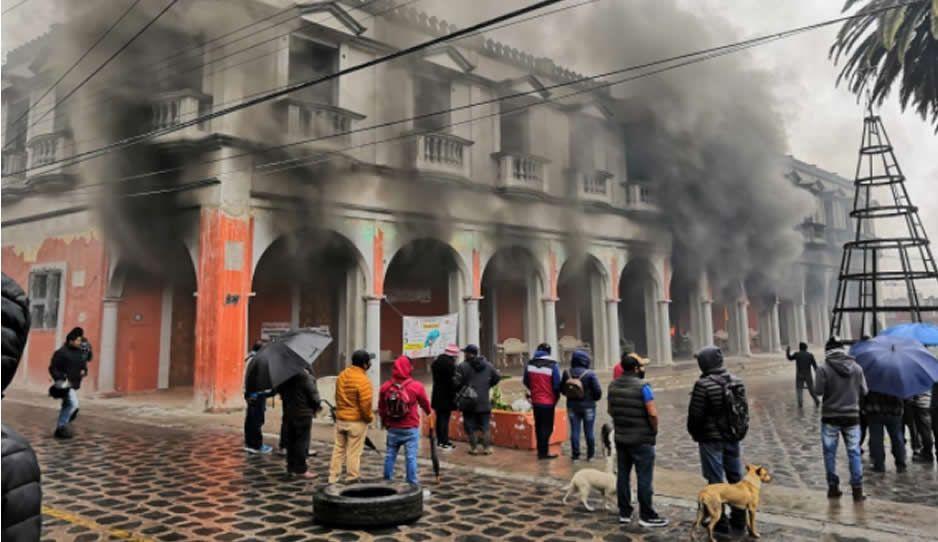 VIDEO: Pobladores acaban con la Presidencia de Chignautla, mientras edil huye